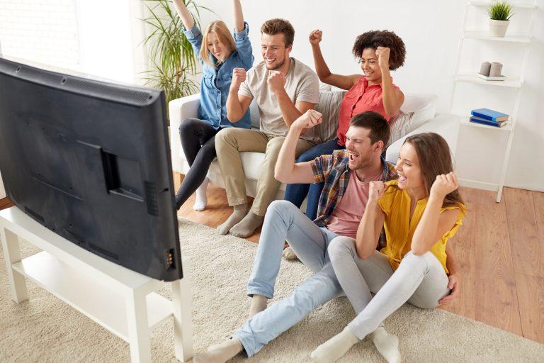 Grupo de amigos viendo TV