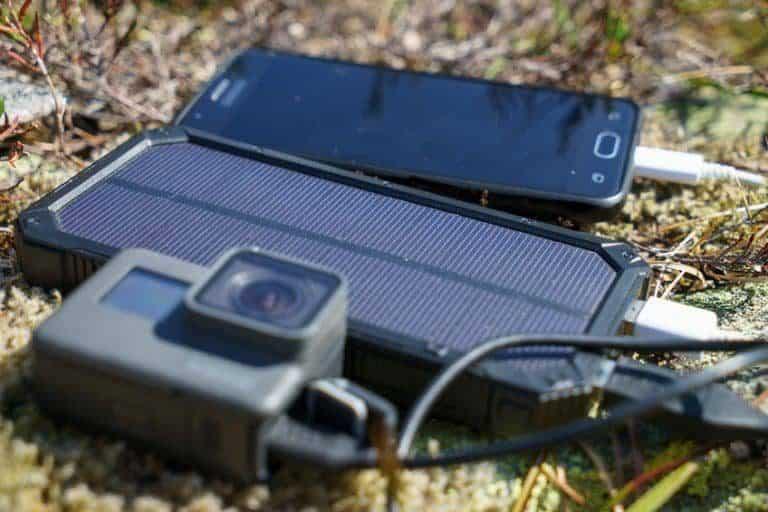 Caricabatterie solare con dispositivi