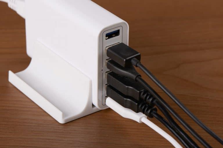 Vari dispositivi connessi a un caricabatterie universale