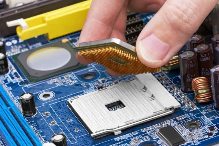 Tecnico collocando un processore