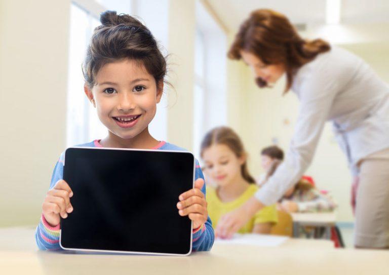 Bambina che sorregge un tablet