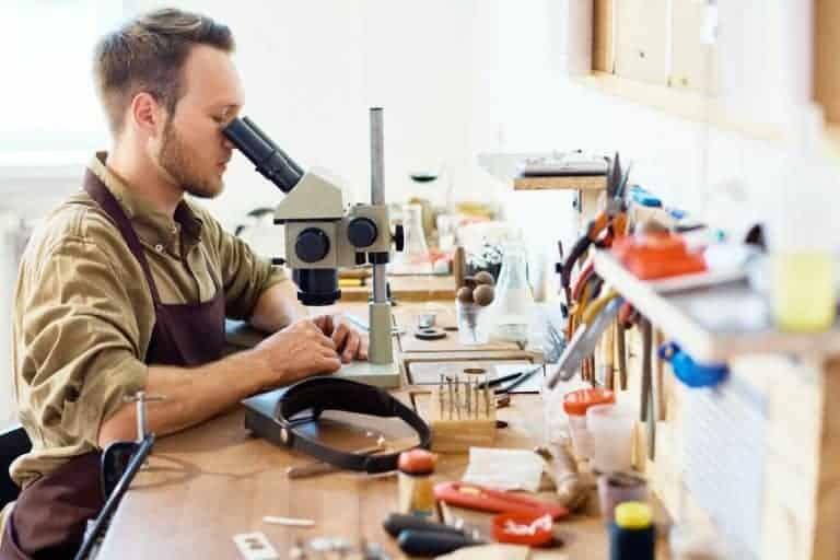 Uomo che lavora al microscopio