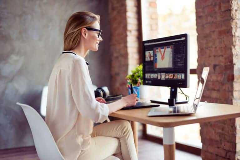 Donna davanti a un monitor LCD