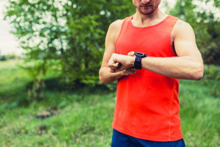 Runner che controlla l'orologio