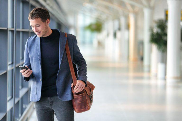 Giovane uomo con smartphone in mano
