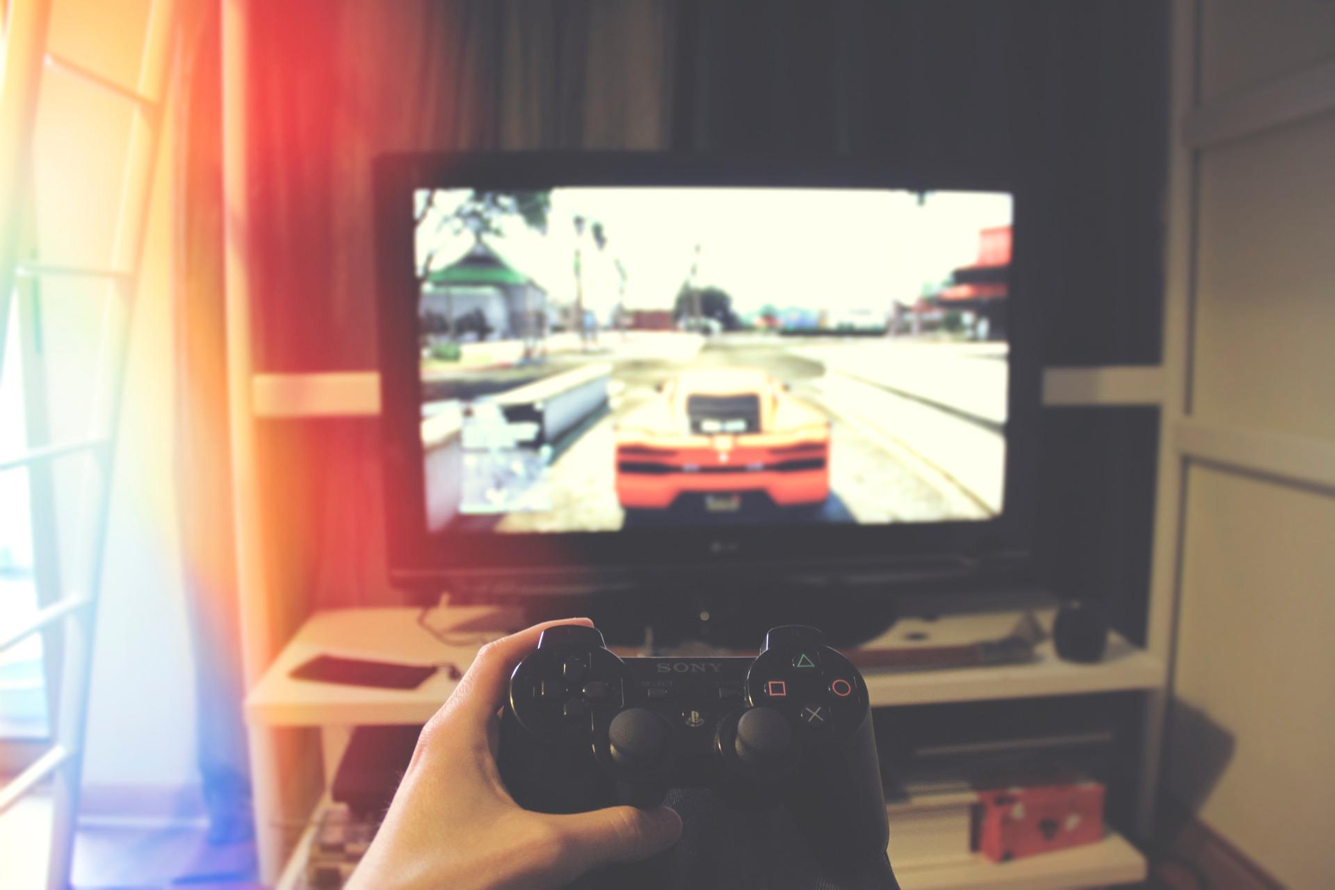 Giovane che gioca ai videogiochi