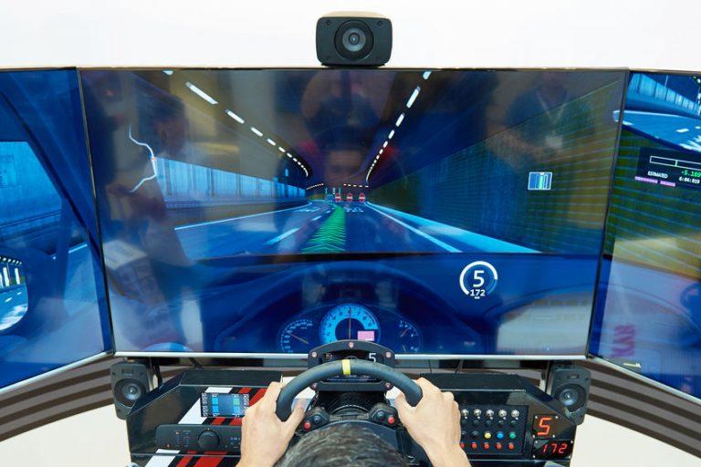 Gamer che gioca con un volante per PC