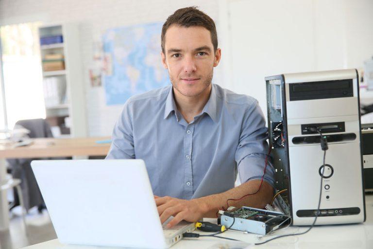 Uomo al computer