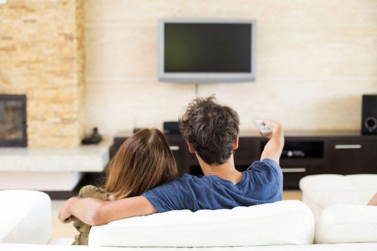 Coppia che vede la TV dal divano