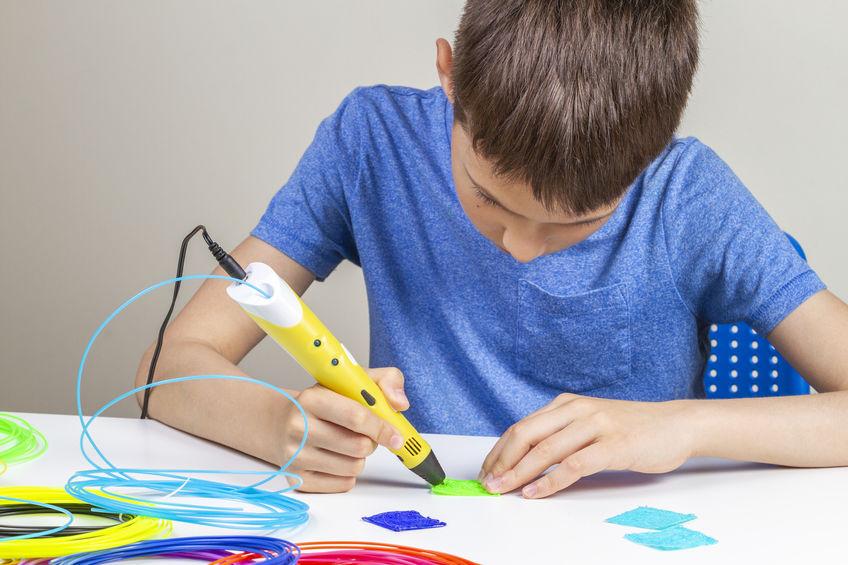 Bambino che usa una penna 3D