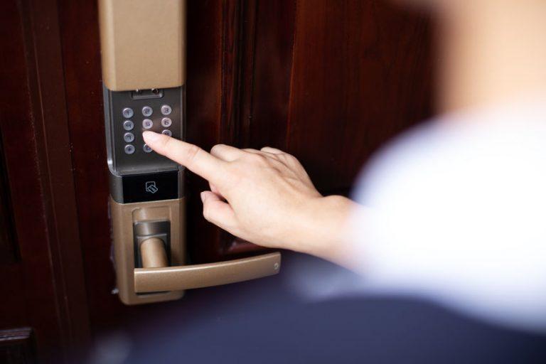 Donna che digita combinazione su una serratura elettrica