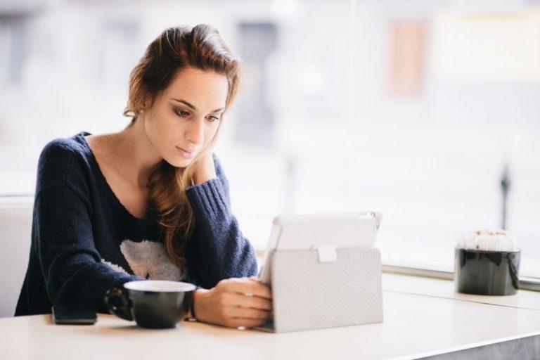 Donna che guarda un tablet