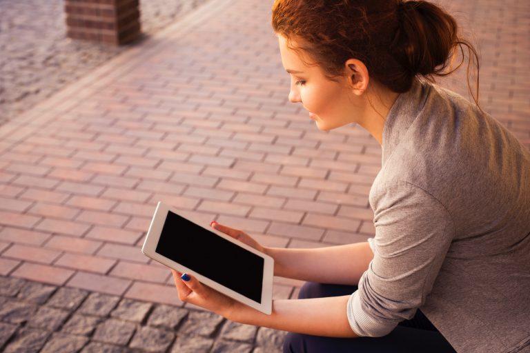 Ragazza che guarda un tablet