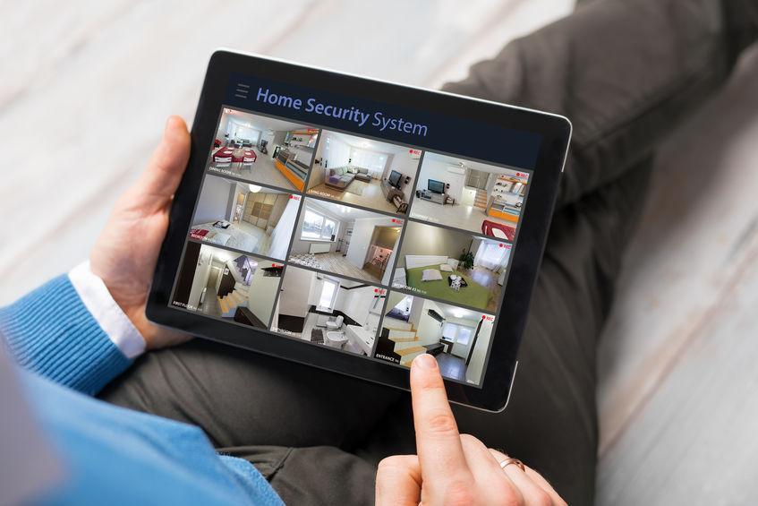 Equipaggi l'esame delle videocamere di sicurezza domestiche sul computer della compressa