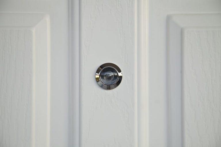 Porta bianca con spioncino digitale