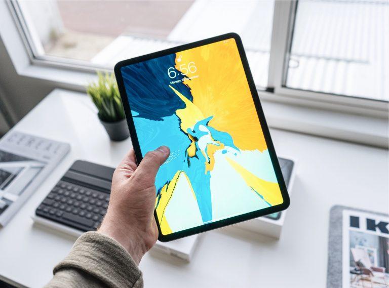 Persona con tablet in mano