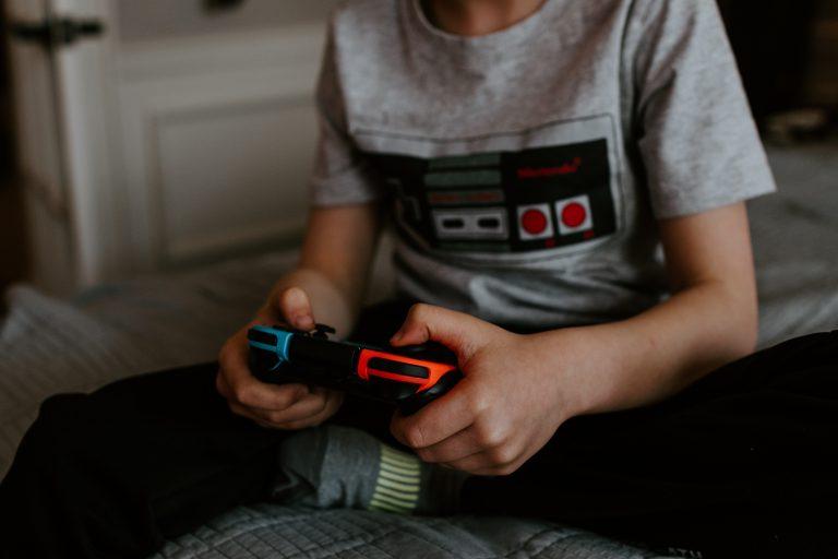 Ragazzo che gioca con Nintendo Switch