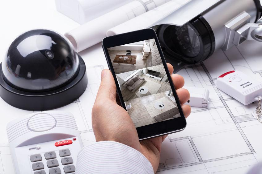Telefono che controlla le telecamere di sorveglianza