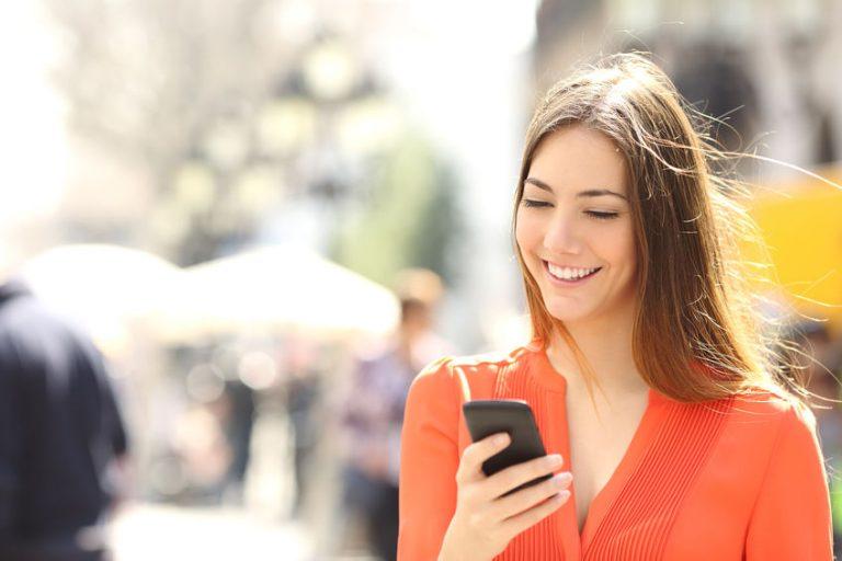 Giovane donna con il telefono in mano