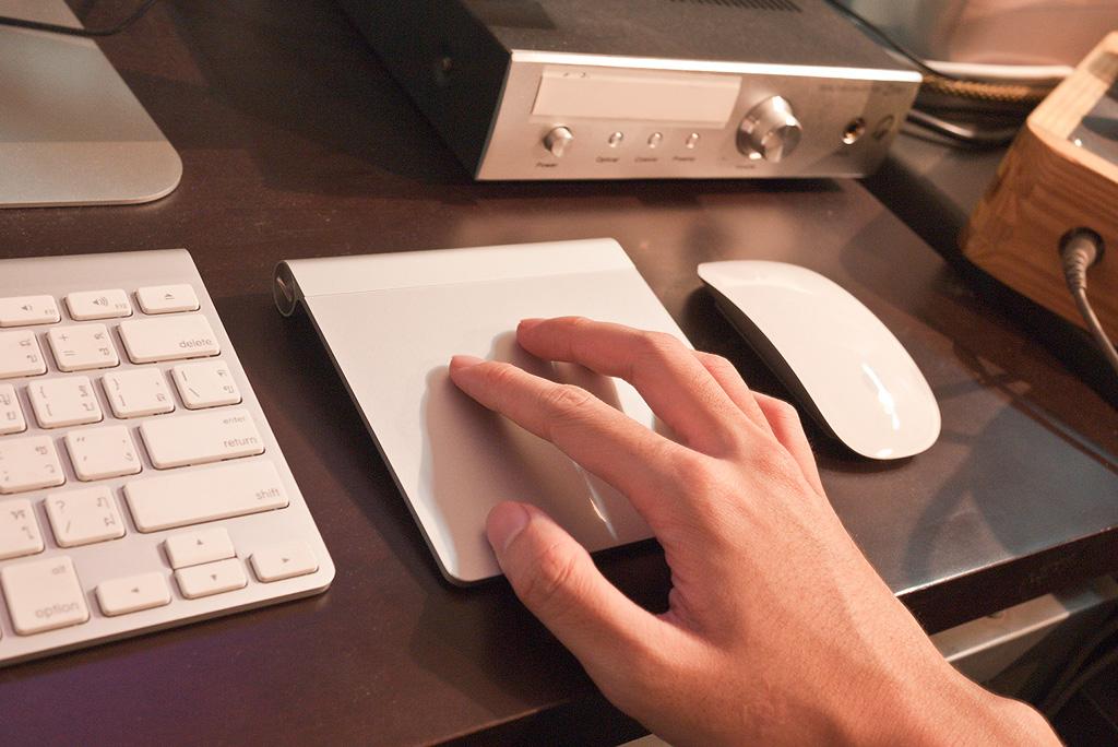 Persona che usa un trackpad