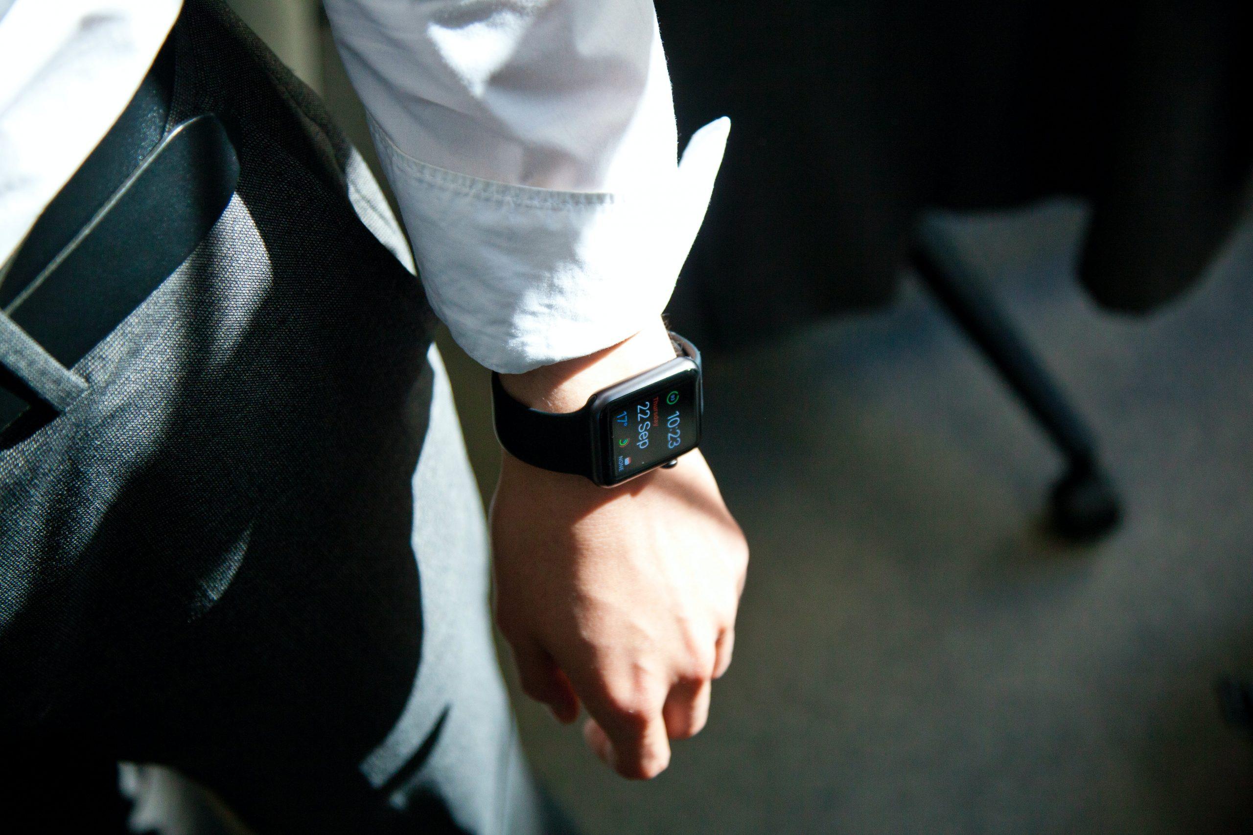 Imagende un brazo usando smartwatch