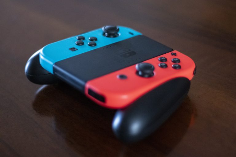 Nintendo Switch en mesa de madera