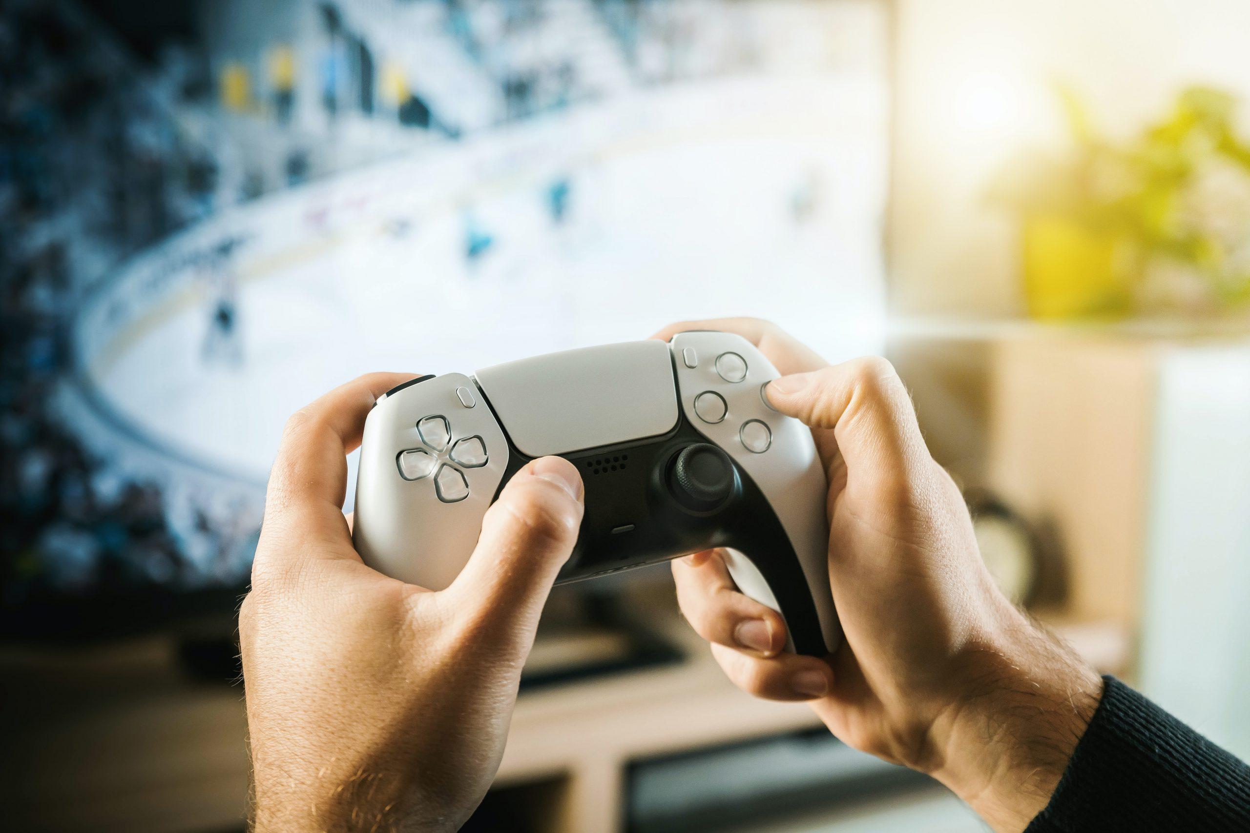 Imagen de manos sosteniendo un mando de Playstation 5