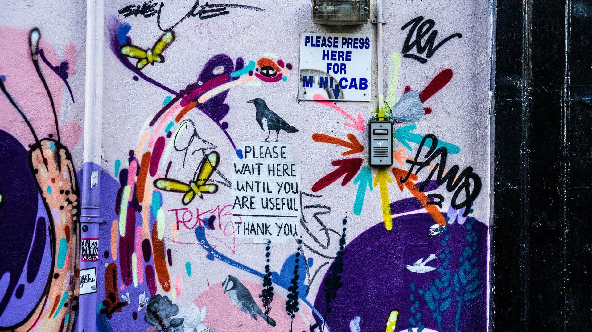 graffiti y un interfon