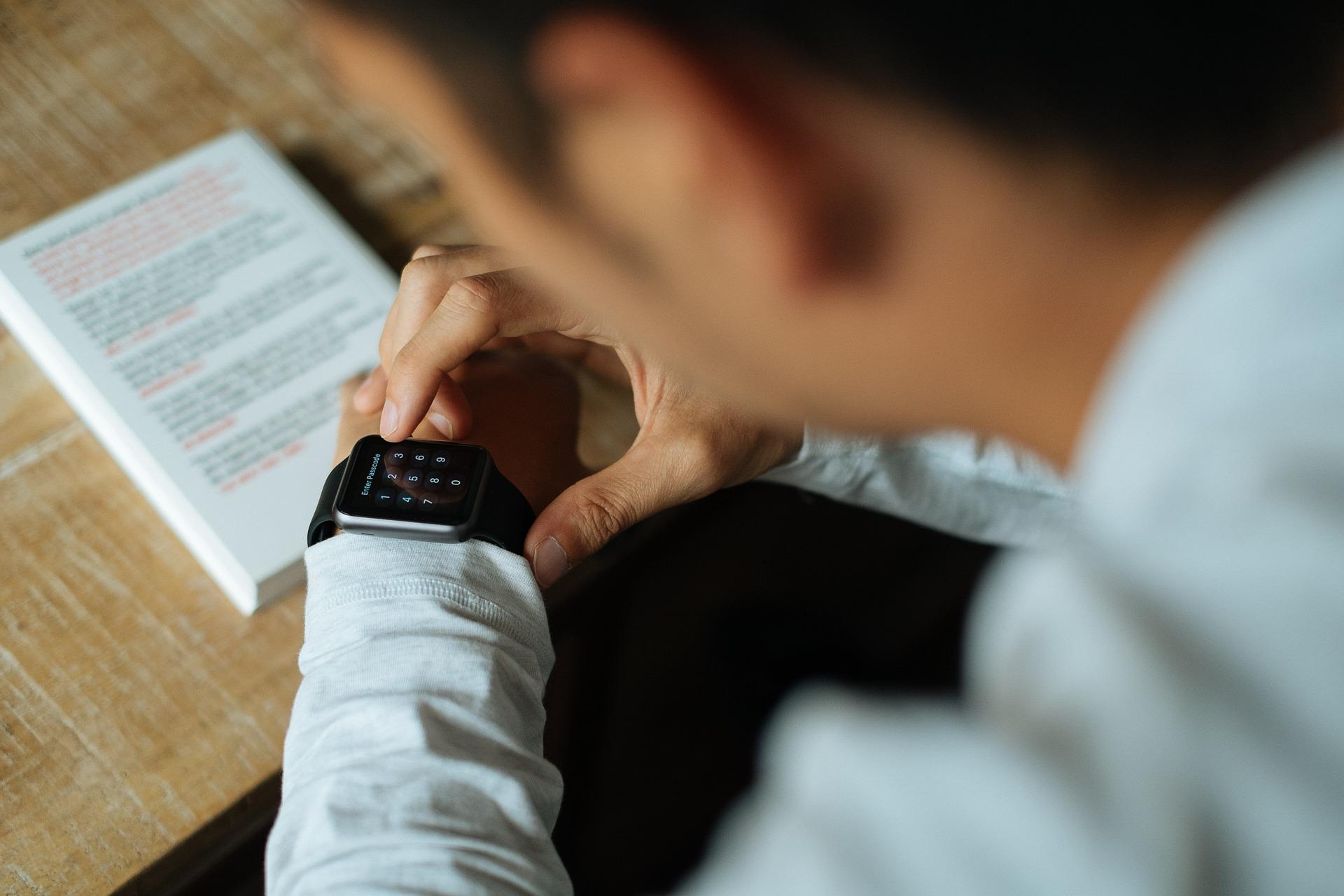 Hombre vestido formal mirando su smartwatch