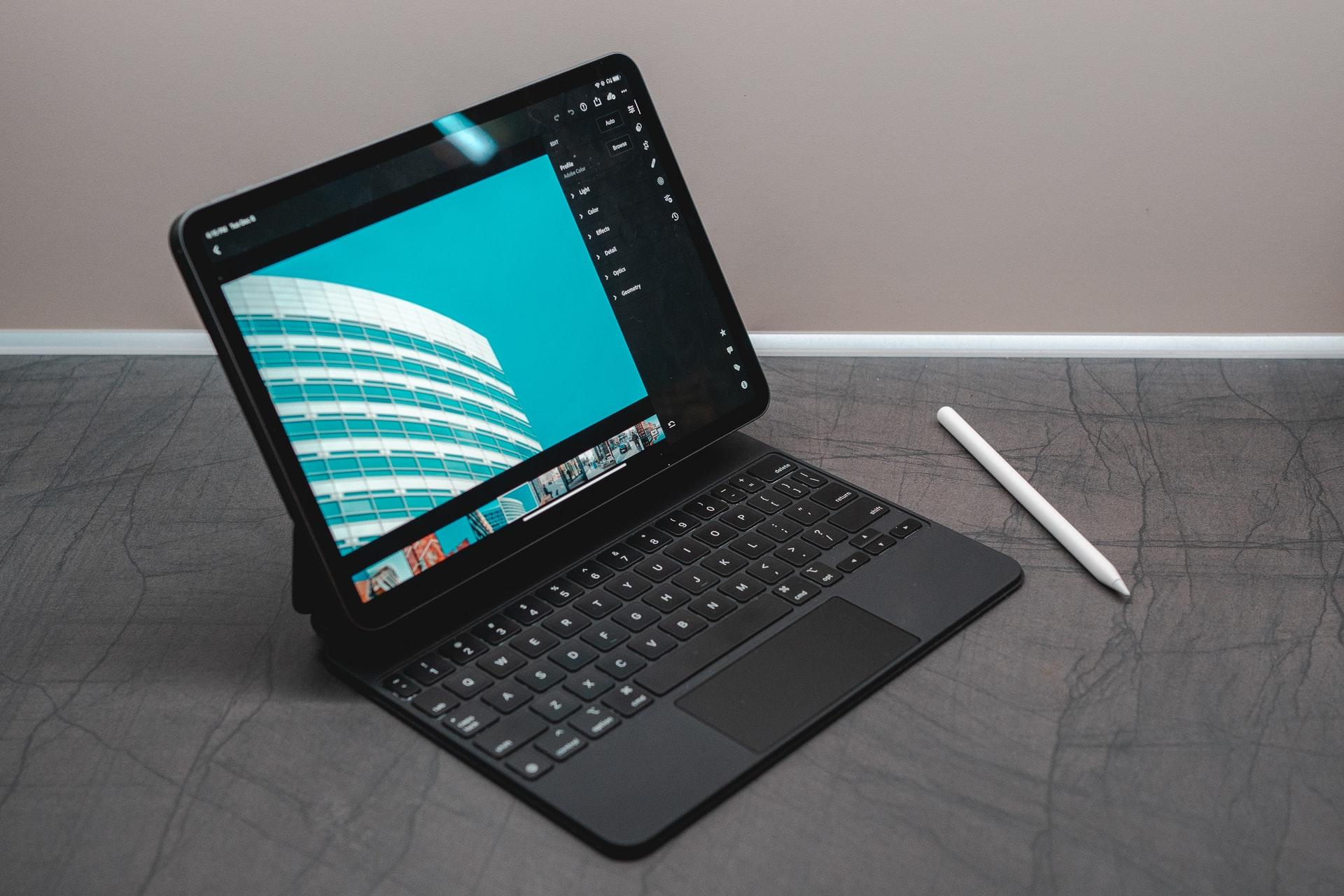 Tablet negra co teclado