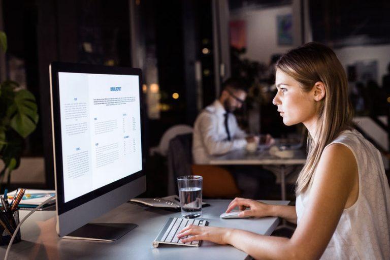 Mujer frente a monitor