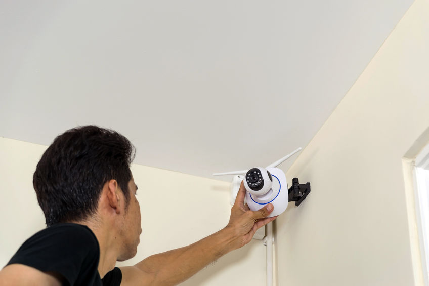 Técnico montando una cámara de seguridad