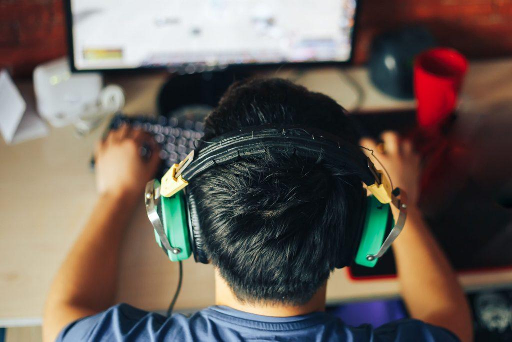 Un niño jugando un videojuego de estrategia