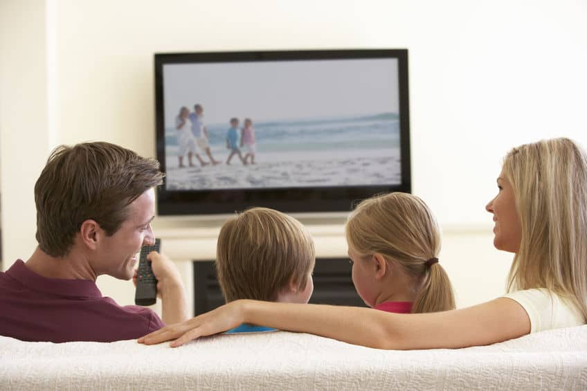Imagem de família assistindo TV TCL.