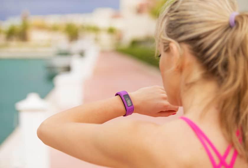 Imagem de mulher com pulseira Xiaomi Mi Band 3 da cor roxa.