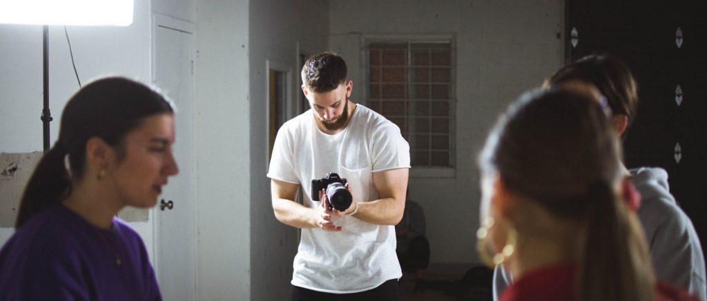 Imagem de um fotógrafo trabalhando.