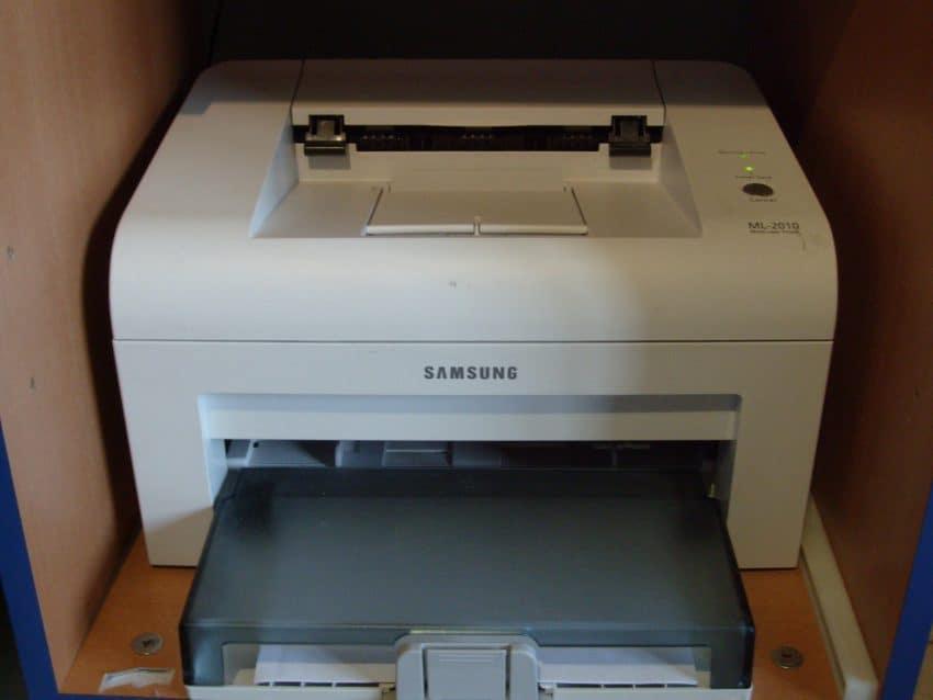 A imagem mostra uma impressora Samsung branca.