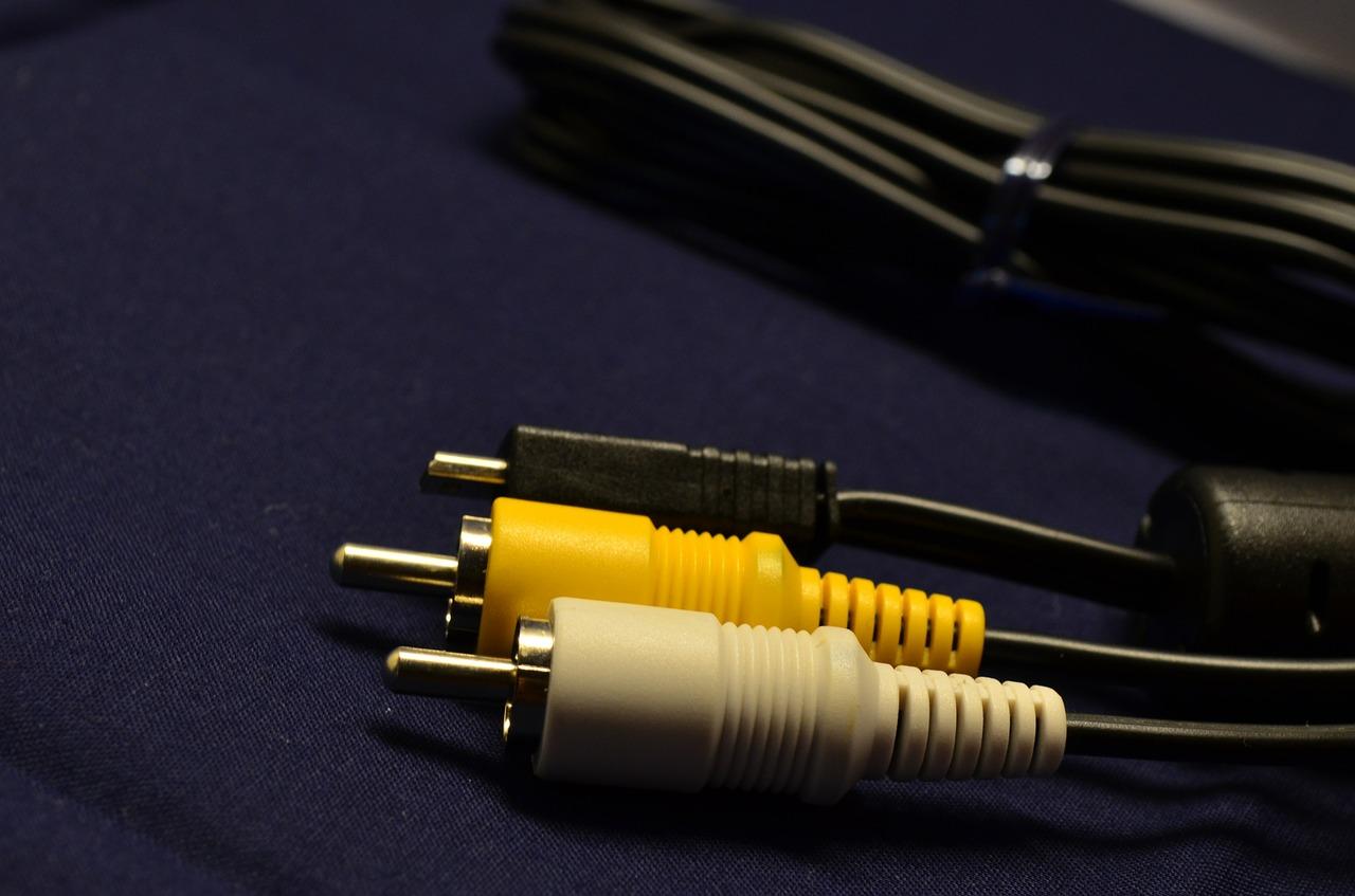 Imagem mostra um cabo RCA com duas pontas.