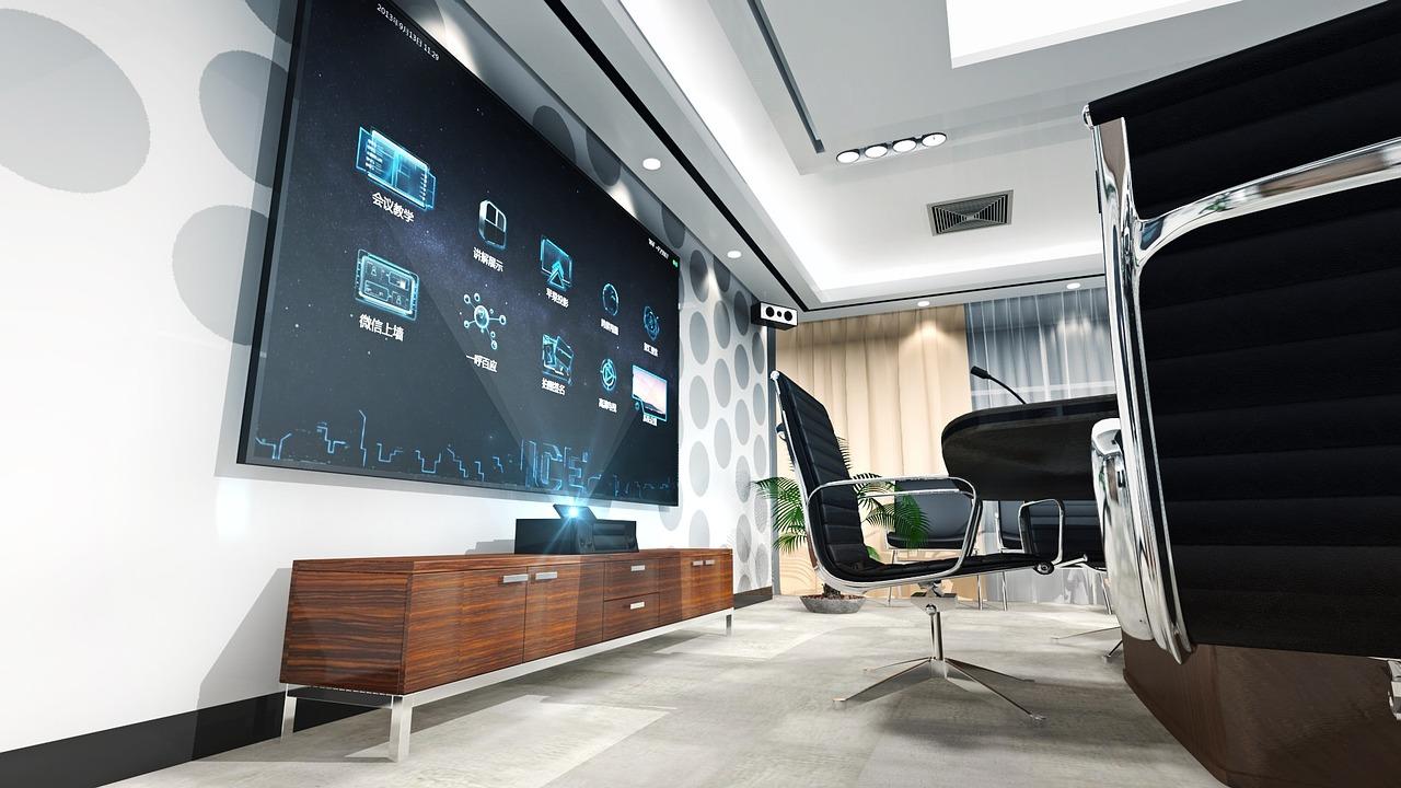 TV grande na sala de reunião.