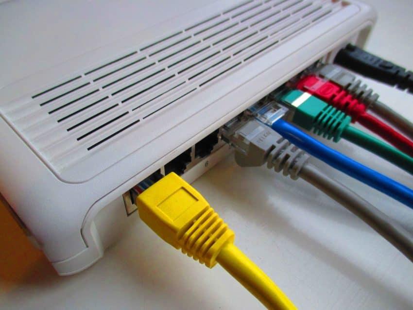Cabos conectados a um modem.