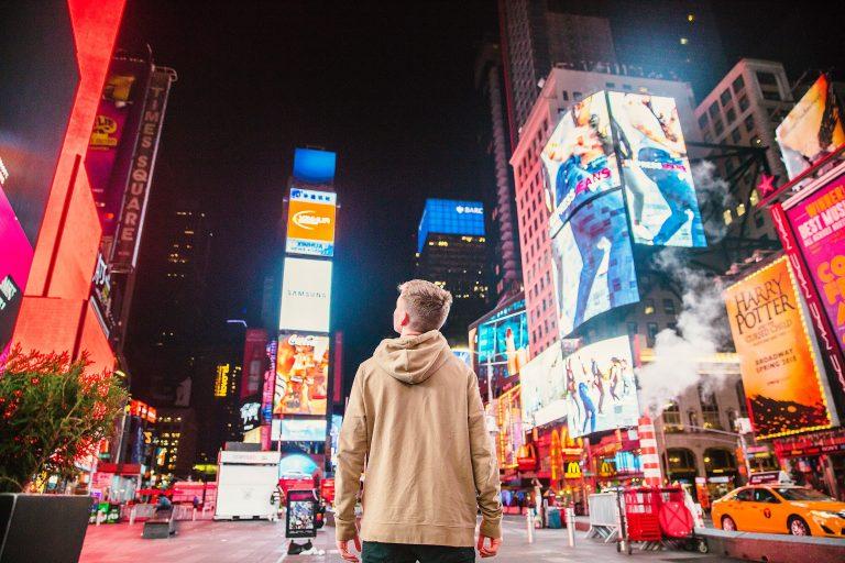 Imagem de um garoto caminhando nas ruas de Nova Iorque.