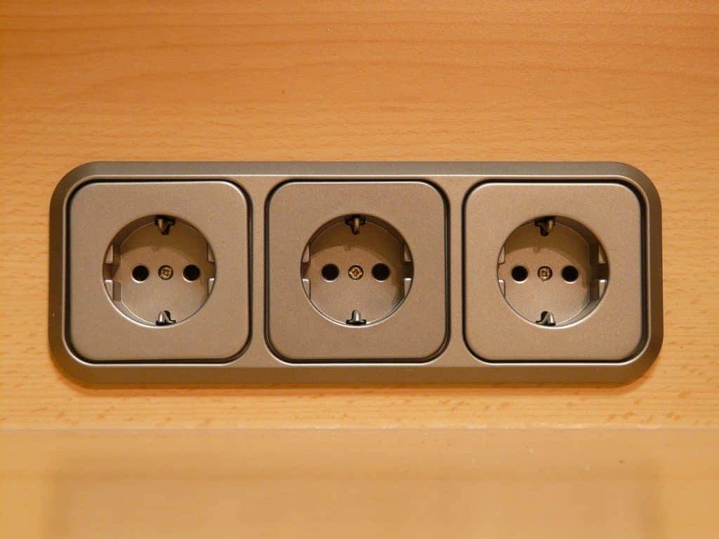 Três tomadas americanas na parede.
