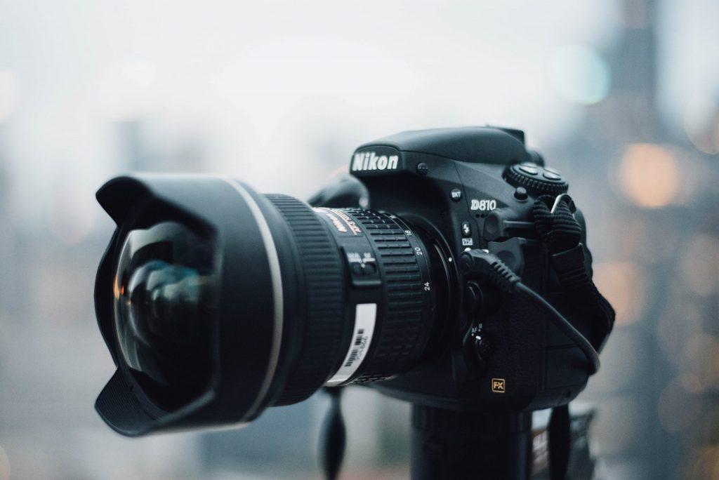 Imagem de uma câmera DSRL.