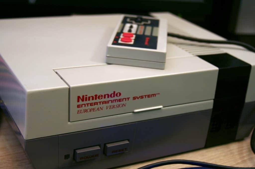 Imagem de console de super nintendo e controle.