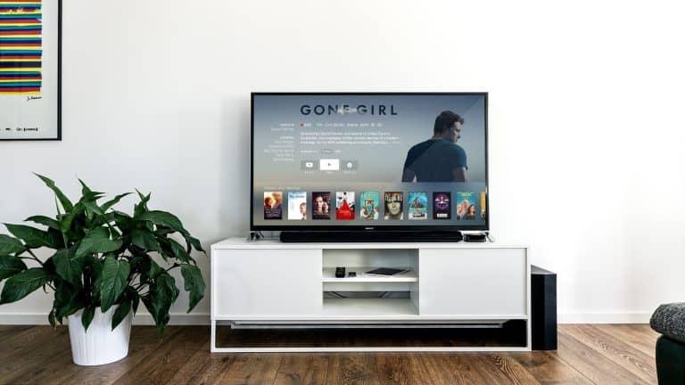 TV-Gerät auf weißem Wohnzimmer-Kasten